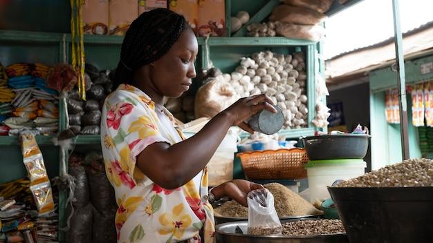 Medium shot afrikaanse vrouw aan het werk Gratis Foto