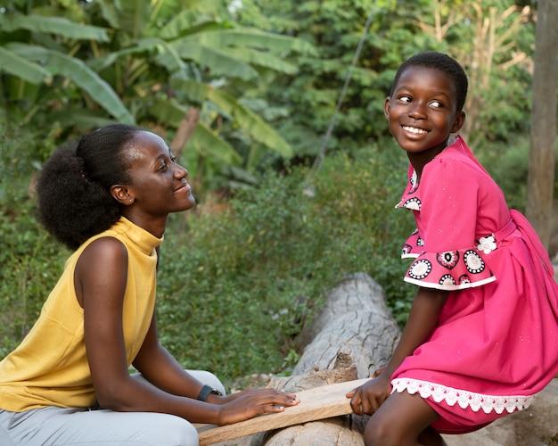 Medium shot afrikaanse vrouw en kind Premium Foto