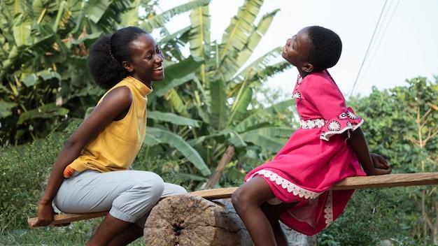 Medium shot afrikaanse vrouw en meisje Premium Foto