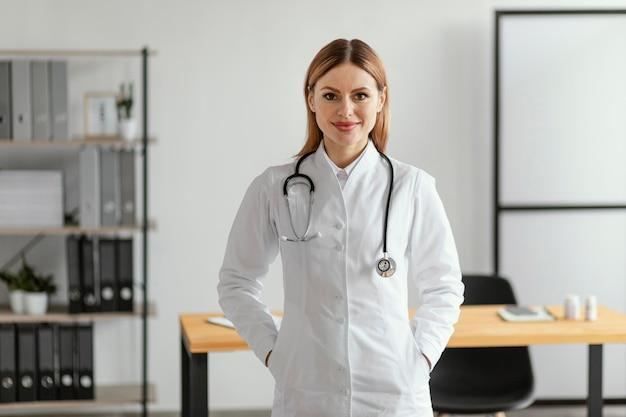 Medium shot arts met een stethoscoop Gratis Foto