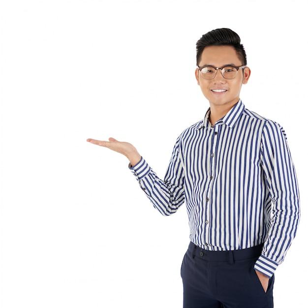 Medium shot aziatische man gebaren alsof hij een product presenteert Gratis Foto