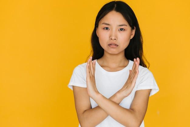 Medium shot aziatische vrouw die afkeurt Gratis Foto