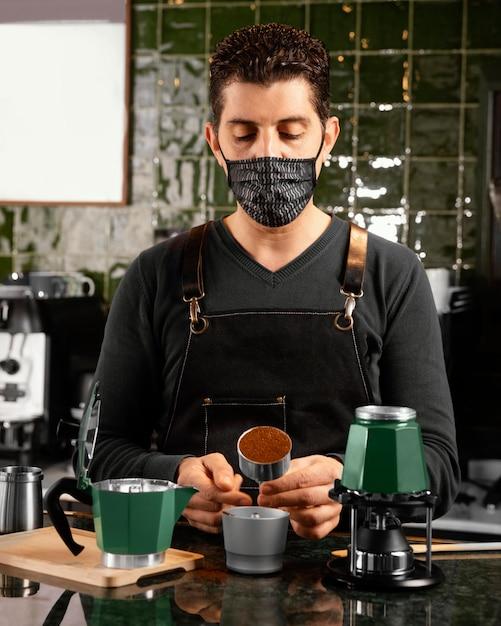 Medium shot barista die koffie bereidt Gratis Foto