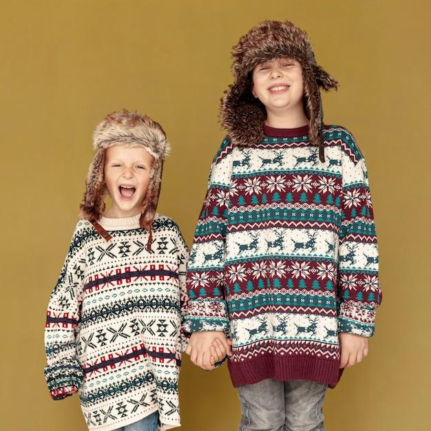 Medium shot gelukkige kinderen die binnenshuis poseren Gratis Foto