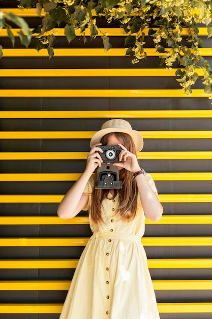 Medium shot meisje dat foto's maakt Gratis Foto