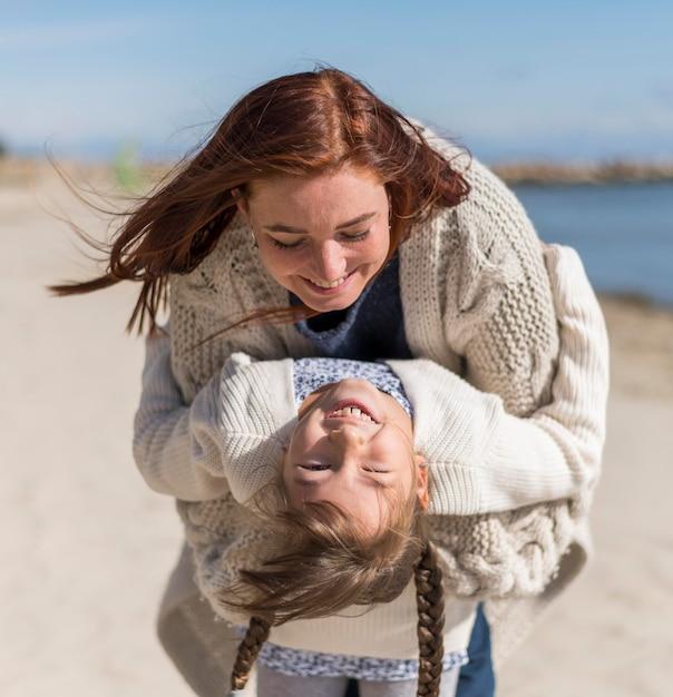 Medium shot moeder en meisje spelen Gratis Foto