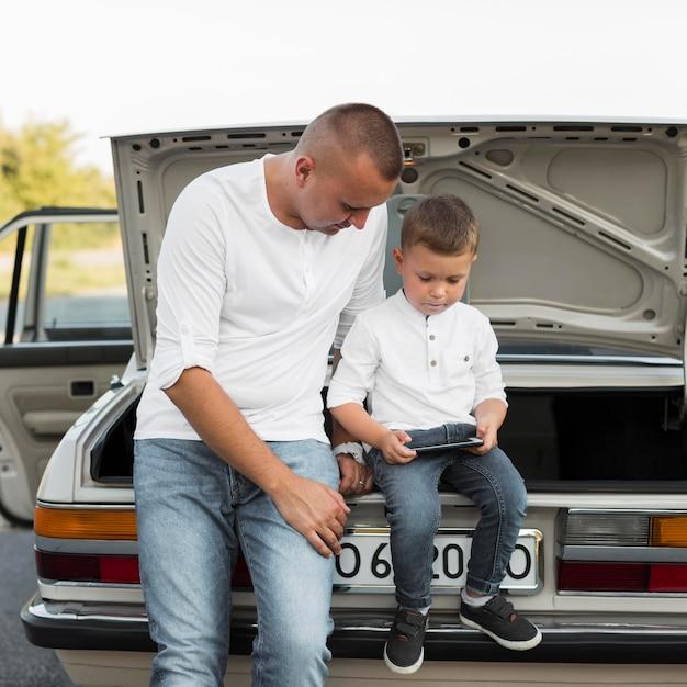 Medium shot vader en kind met smartphone Premium Foto