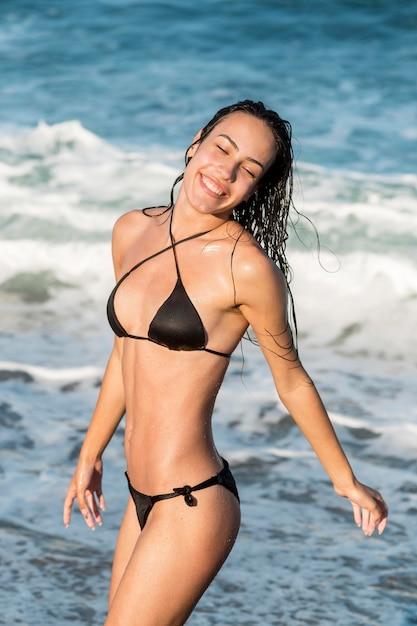 Medium shot van een meisje op het strand Gratis Foto