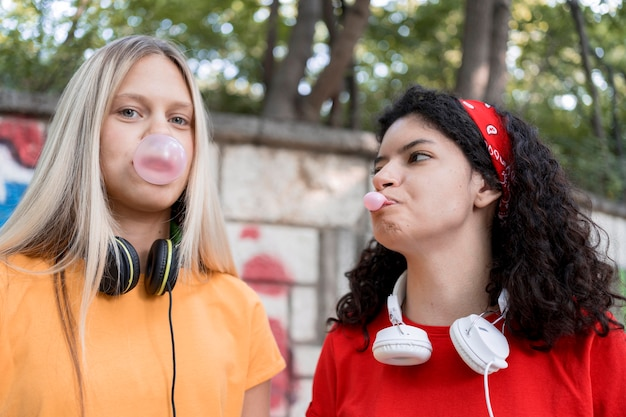 Medium shot vrienden die kauwgom maken Gratis Foto