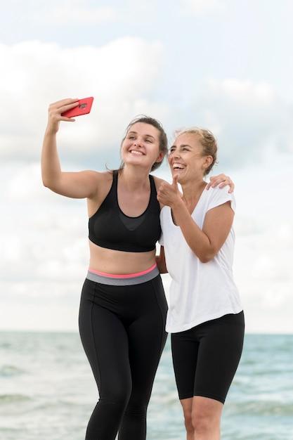 Medium shot vrienden die selfie maken Gratis Foto