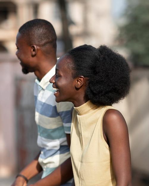 Medium shot vrouw en man buitenshuis Gratis Foto