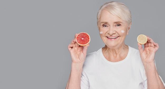 Medium shot vrouw met citrus Gratis Foto