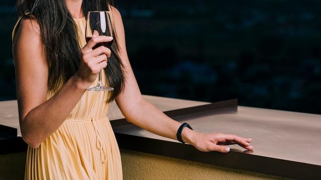 Medium shot vrouw met glas wijn Gratis Foto