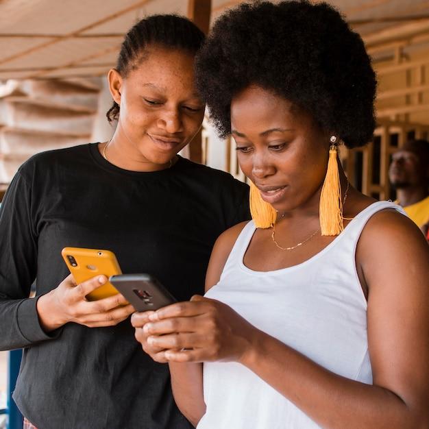 Medium shot vrouwen met smartphones Premium Foto