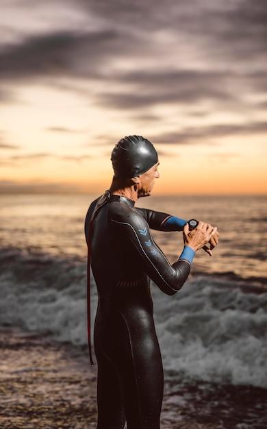 Medium shot zwemmer die zich uitstrekt Gratis Foto