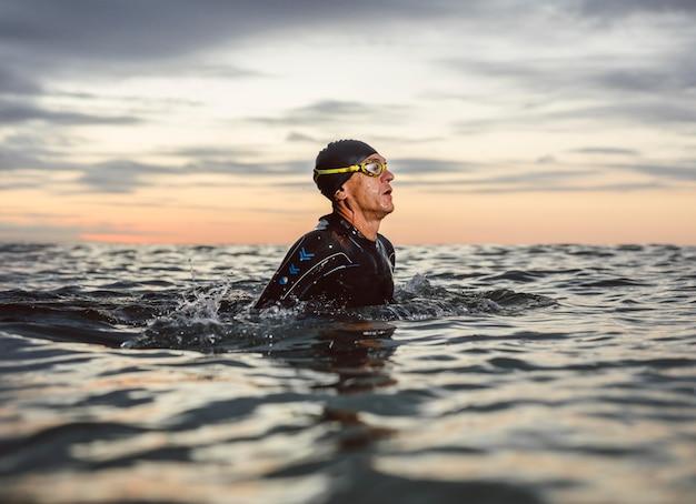 Medium shot zwemmer met uitrusting Premium Foto