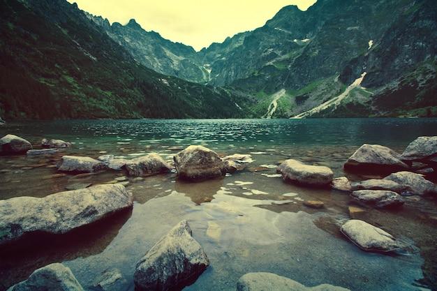 Meer in bergen. Gratis Foto