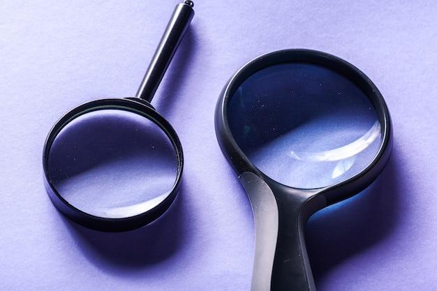Meer magnifier op blauwe achtergrond dicht omhoog Premium Foto
