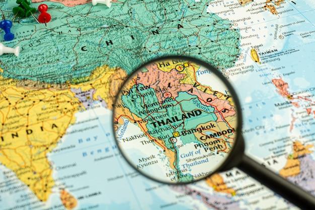 Meer magnifier selectief bij de kaart van thailand. - economisch en reisconcept. Premium Foto