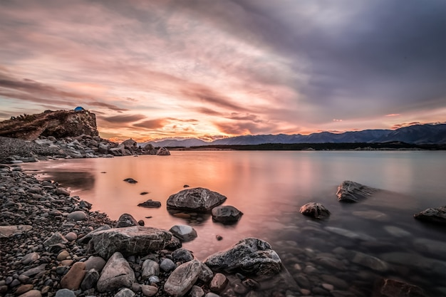 Meer, omgeven door rotsen Gratis Foto
