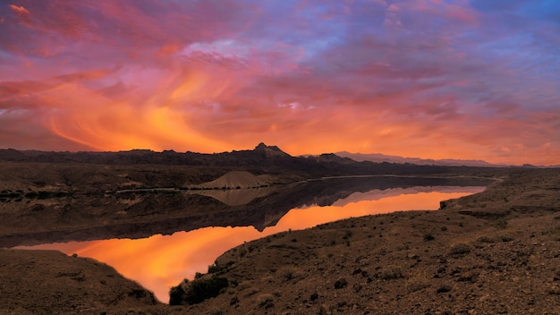 Meer op weide bij zonsondergang Gratis Foto