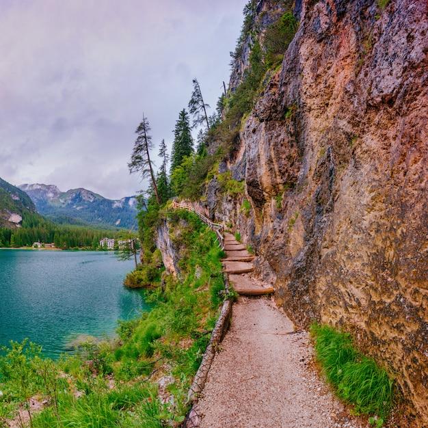 Meer tussen bergen Premium Foto
