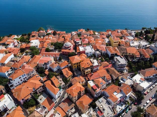 Meerdere gebouwen met oranje daken, gelegen aan de aegische zeekust Gratis Foto