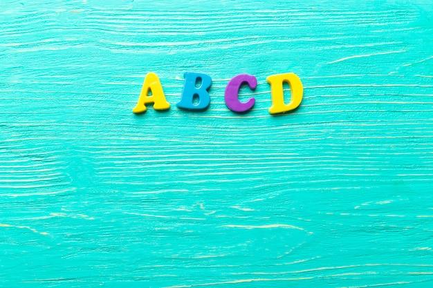 Meerdere gekleurde letters op houten tafel Premium Foto