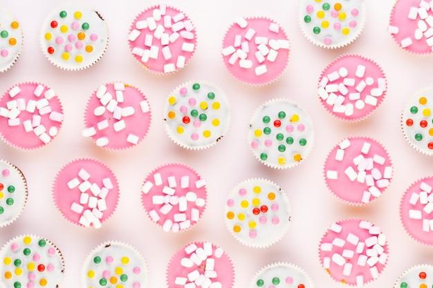 Meerdere kleurrijke mooi versierde muffins, bovenaanzicht. Premium Foto