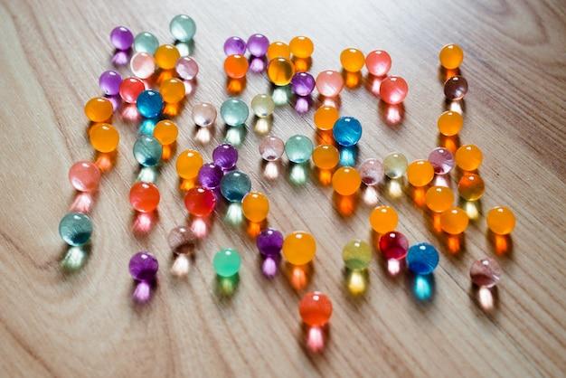 Meerkleurige glazen bollen Premium Foto