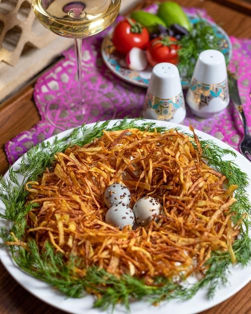 Meerkoeten eieren in het delicate aardappelmeel close-up Premium Foto