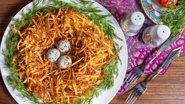 Meerkoeteneieren in het bovenaanzicht van het delicate aardappelmeel Premium Foto
