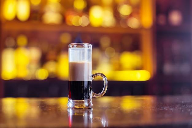 Meerlaagse cocktail op bar Premium Foto
