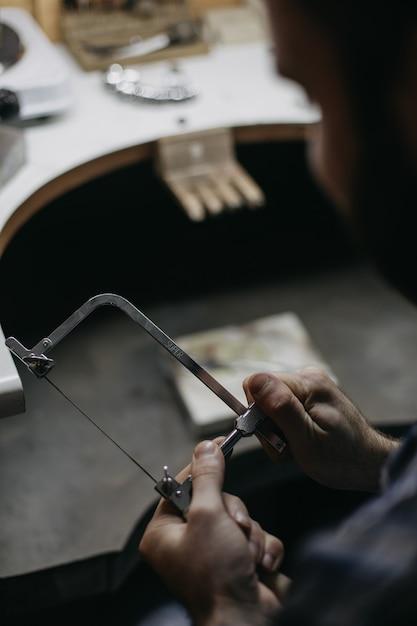 Meester in het werken met metalen apparatuur Gratis Foto
