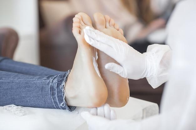 Meester maken van voetmassage, desinfectie voor pedicure procedure. Premium Foto