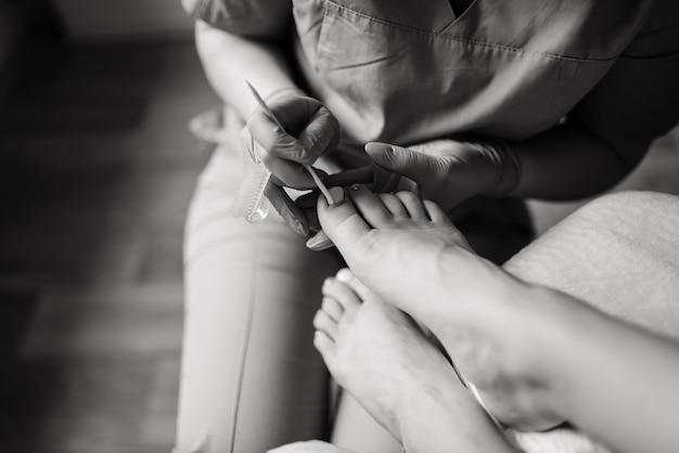 Meester tijdens een pedicure. het proces van professionele pedicures. het concept van schoonheid en gezondheid. Premium Foto
