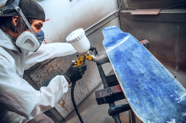 Meesterschilder in een fabriek Gratis Foto