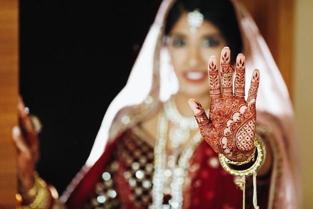 Mehendi van de authentieke indiase bruid bij de hand Gratis Foto