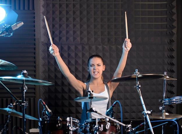 Meisje achter drum-type installatie in een professionele studio. Premium Foto