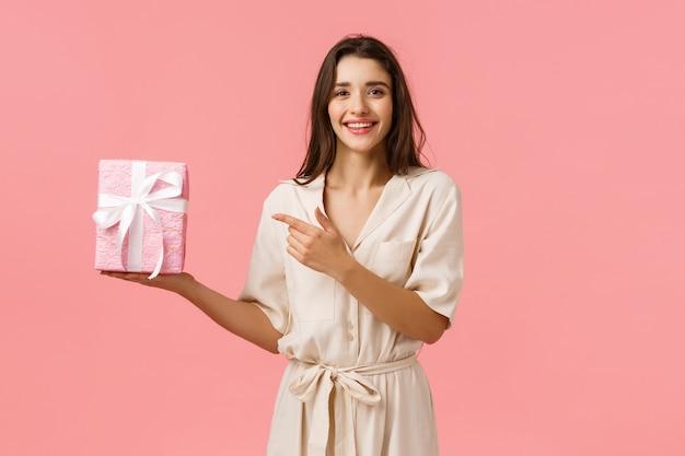 Meisje bereidde romantisch cadeau voor verjaardag voor. vrolijke vrij jonge vrouw in leuke de giftdoos van de kledingsholding Premium Foto