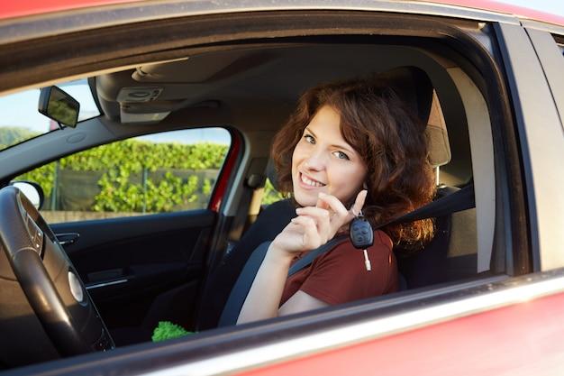 Meisje besturen van een auto Premium Foto