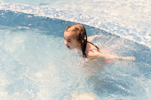 Meisje bij zwembad zwemmen Premium Foto
