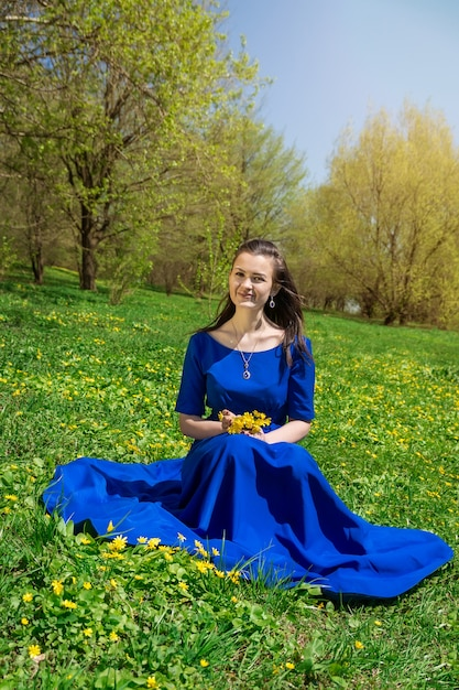 Meisje bloemen plukken Premium Foto