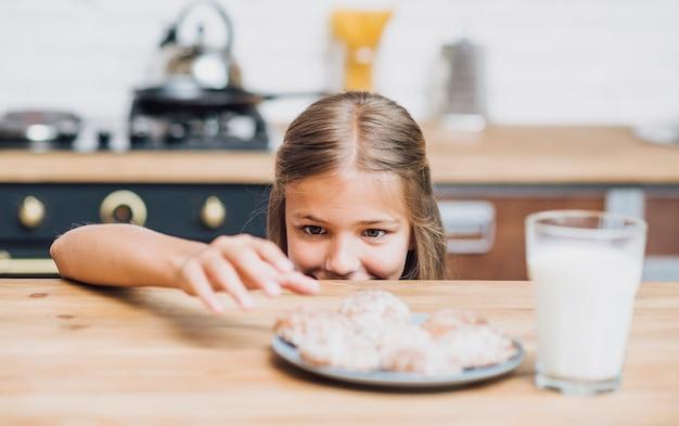 Meisje dat bereid om een koekje te nemen wordt Gratis Foto