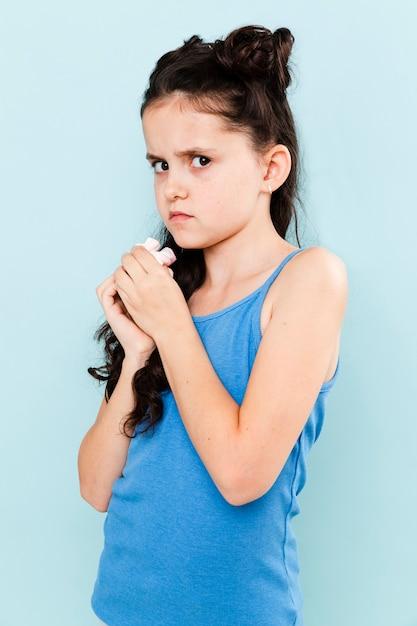 Meisje dat de snack probeert te verbergen Gratis Foto