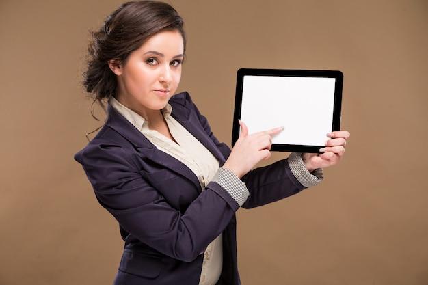 Meisje dat de tablet houdt Premium Foto