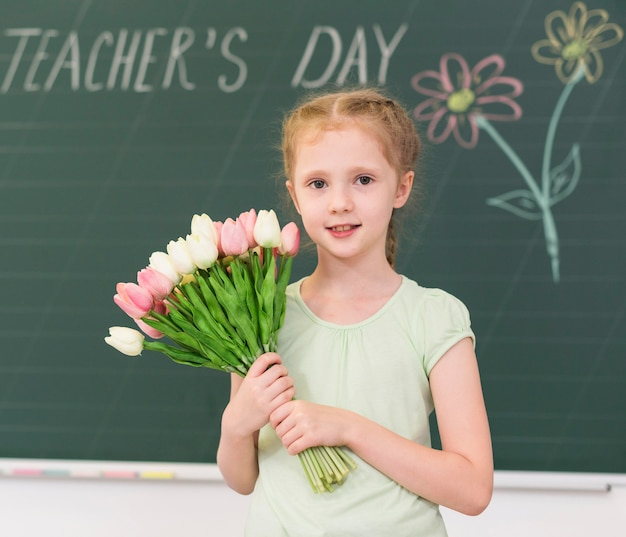 Meisje dat een boeket bloemen houdt Gratis Foto