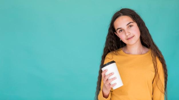 Meisje dat een drank met exemplaarruimte houdt Gratis Foto