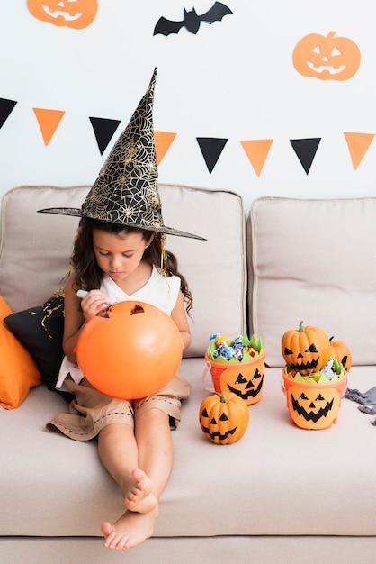 Meisje dat een halloween baloon trekt Gratis Foto