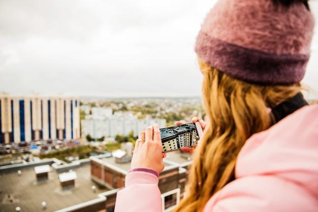 Meisje dat foto neemt Gratis Foto